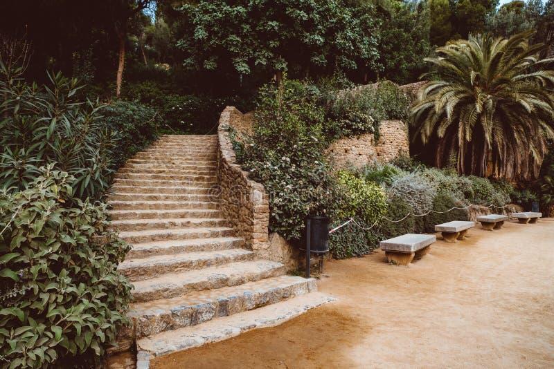 Steengalerij in het park Guell in Barcelona stock foto's