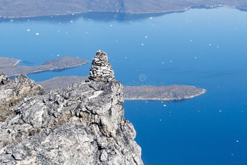 Steenhoop bovenop berg stock afbeeldingen