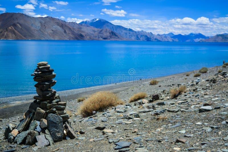 Steenhopen bij Pangong-meer in Ladakh stock afbeelding