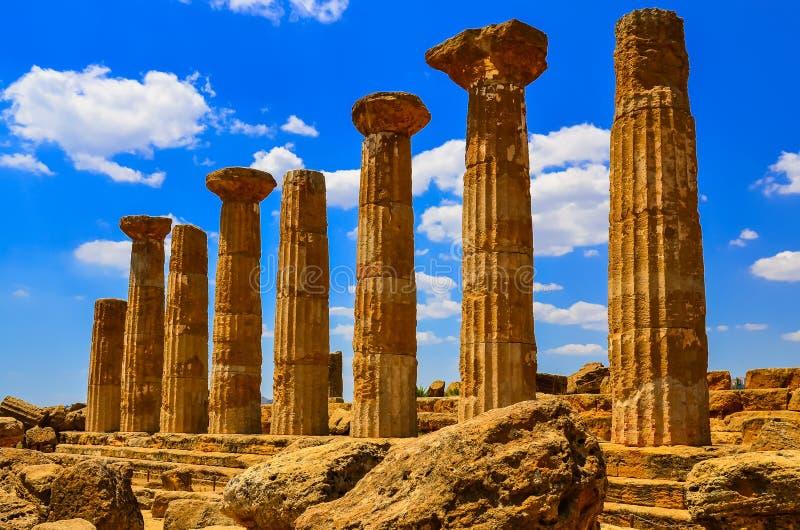 Steenkolommen van tempelruïnes in Agrigento, Sicilië stock foto's