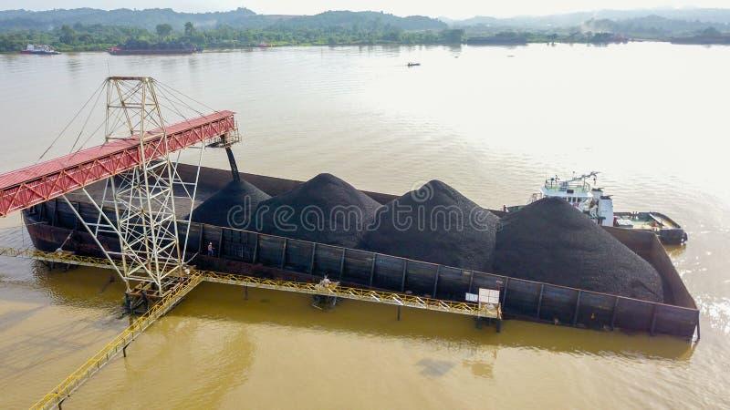 Steenkool die Luchtborneo Indonesië verschepen royalty-vrije stock foto