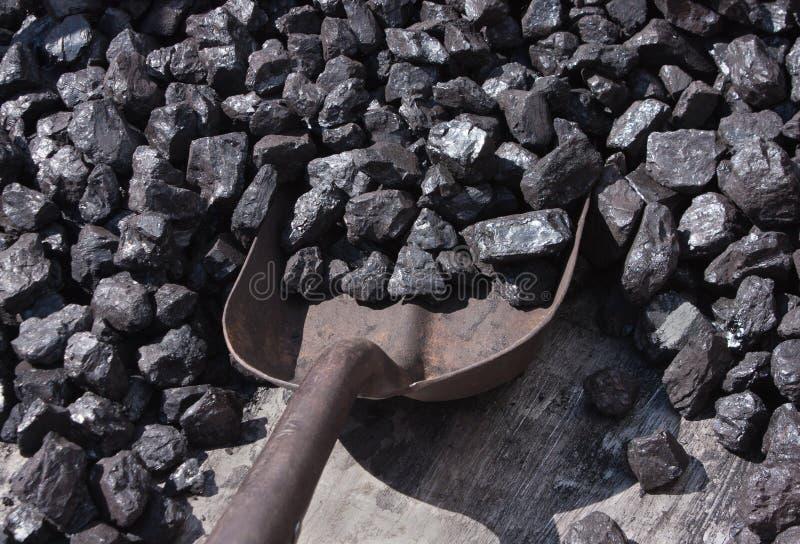 Steenkool en schop stock afbeeldingen