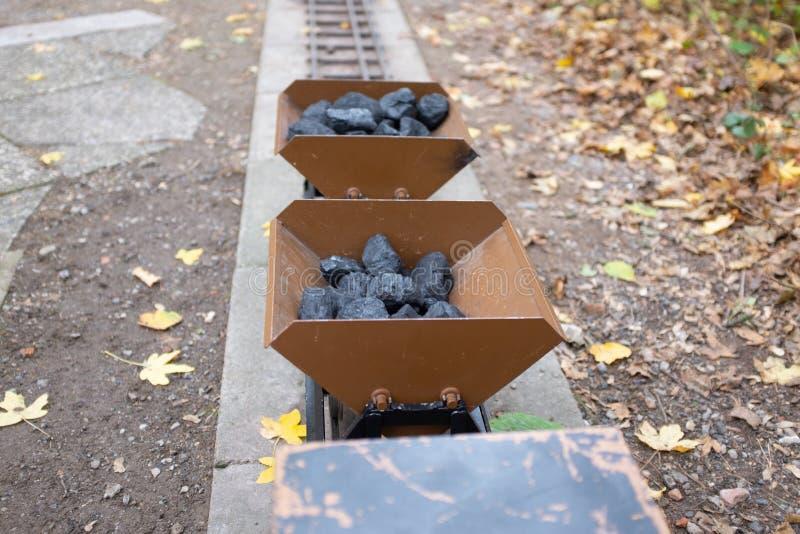 Steenkool-geladen tuinspoorweg stock foto's