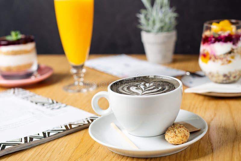 Steenkool latte Zwarte cappuccino Zwarte koffie met geactiveerde koolstof stock afbeelding