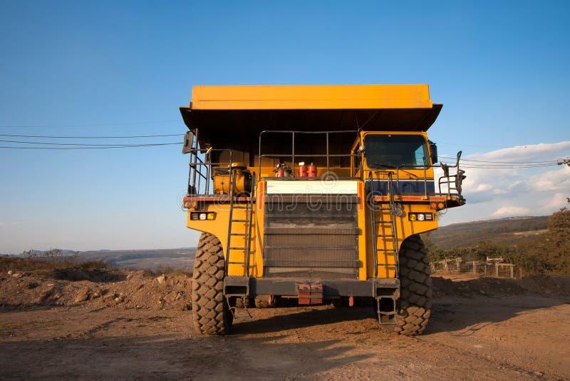 Steenkool-voorbereiding installatie Grote gele mijnbouwvrachtwagen bij coa van de het werkplaats stock afbeelding