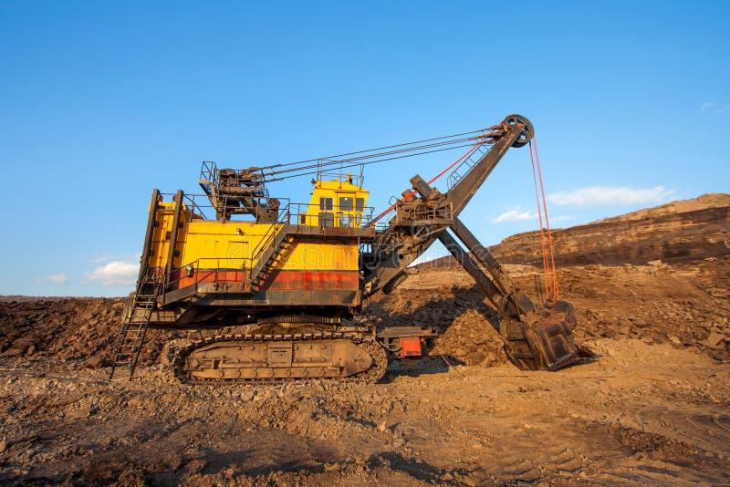 Steenkool-voorbereiding installatie Grote gele mijnbouwvrachtwagen bij coa van de het werkplaats royalty-vrije stock fotografie