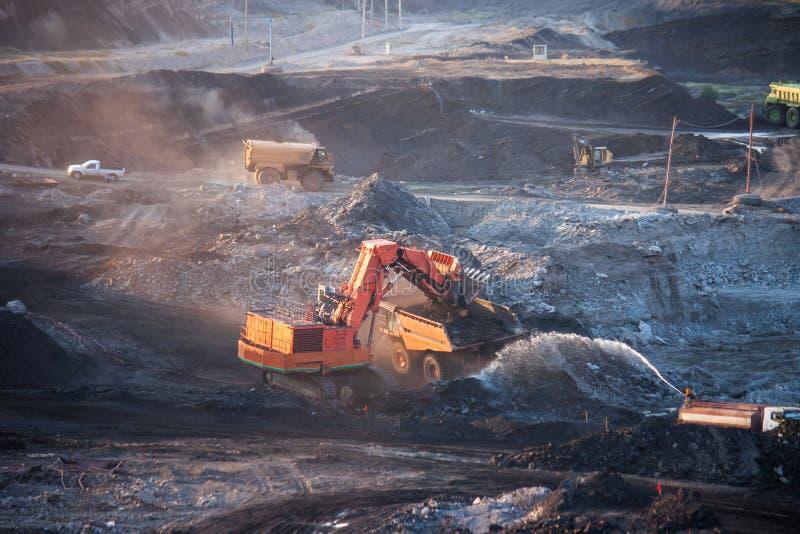Steenkool-voorbereiding installatie Grote mijnbouwvrachtwagen bij de steenkool van de het werkplaats trans stock foto's