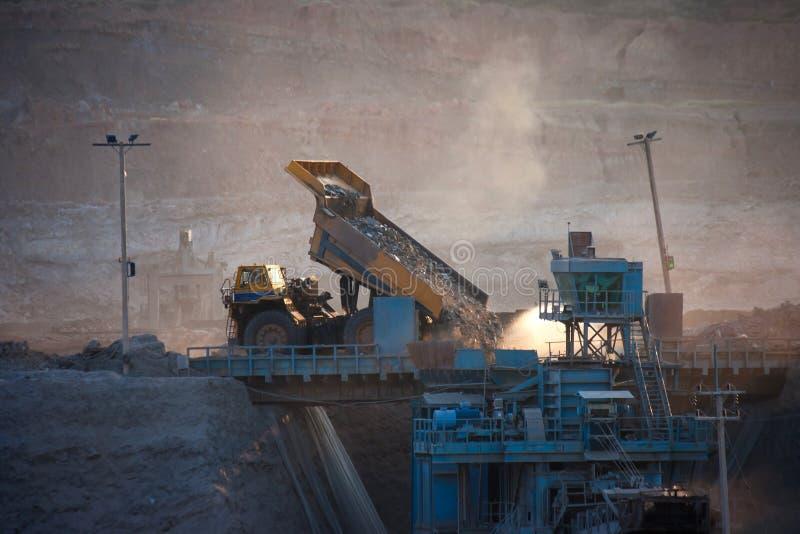 Steenkool-voorbereiding installatie Grote mijnbouwvrachtwagen bij de steenkool van de het werkplaats trans stock afbeelding