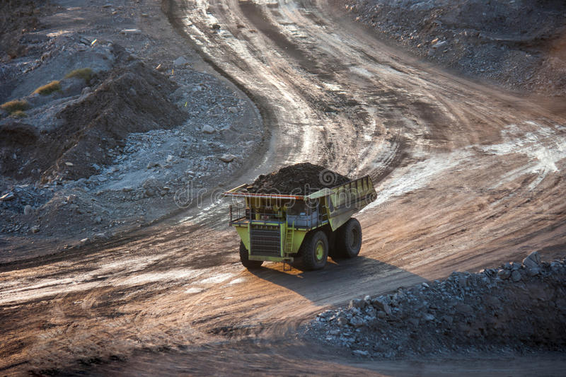 Steenkool-voorbereiding installatie Grote mijnbouwvrachtwagen bij de steenkool van de het werkplaats trans royalty-vrije stock foto
