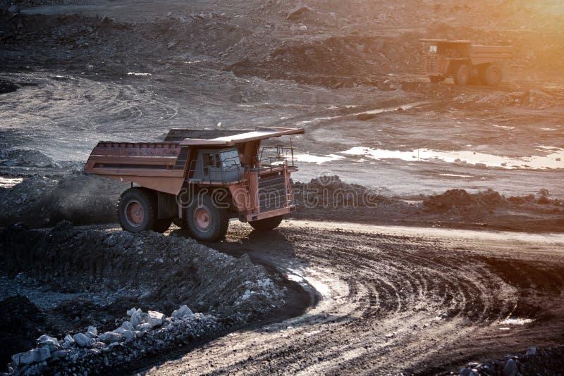 Steenkool-voorbereiding installatie Grote mijnbouwvrachtwagen bij de steenkool van de het werkplaats trans royalty-vrije stock afbeeldingen