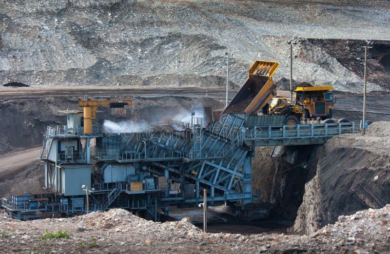 Steenkool-voorbereiding installatie Grote mijnbouwvrachtwagen bij tran de steenkool van de het werkplaats royalty-vrije stock foto's