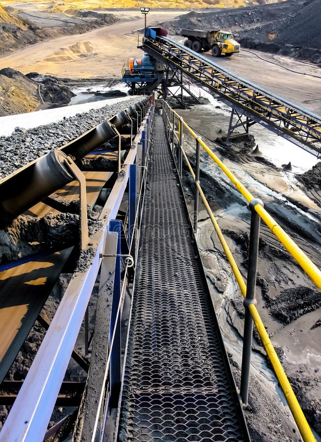 Steenkoolerts op een transportband voor verwerking stock afbeeldingen