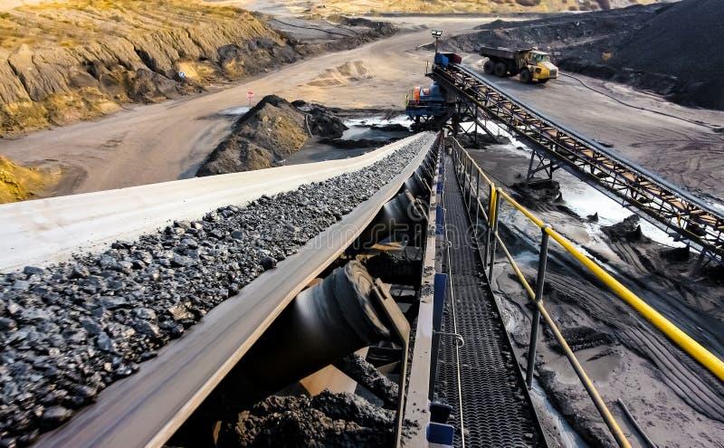 Steenkoolerts op een transportband voor verwerking stock afbeelding