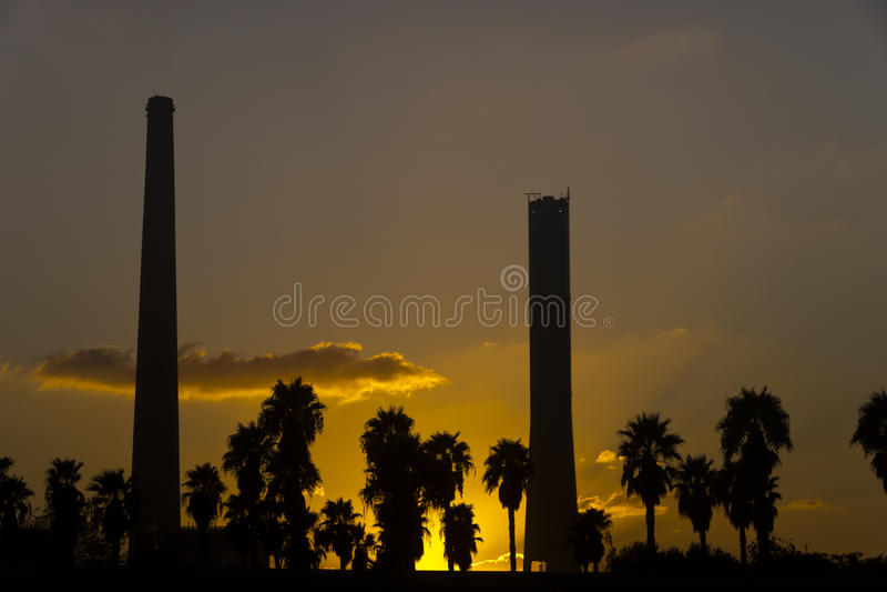 Steenkoolkrachtcentrale in zonsondergang stock foto