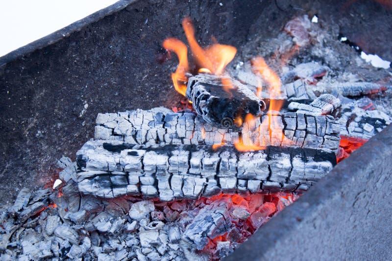 Steenkoolvoorbereiding voor barbecue royalty-vrije stock afbeeldingen