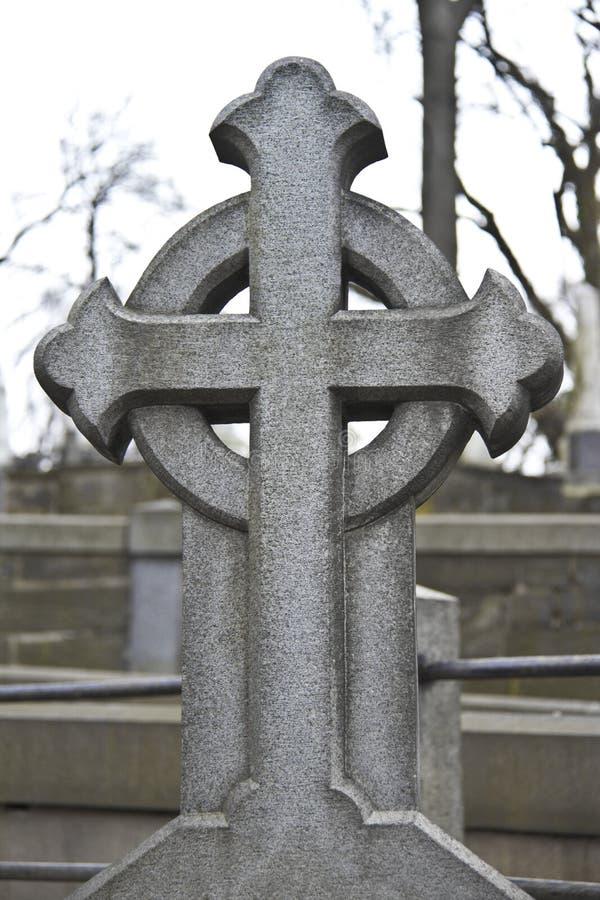 Steenkruis op de begraafplaats royalty-vrije stock foto's
