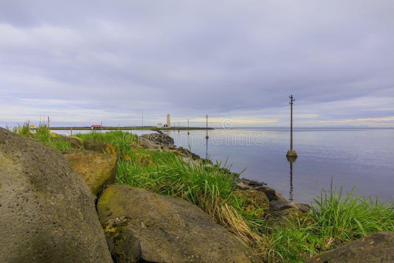 Steenkust van het eiland van de pylonen van Grotta en van de elektriciteit stock foto