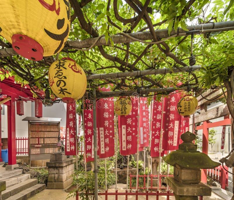 Steenlantaarn met groen mos in een klein Heiligdom dat van Shinto wordt behandeld Shozoku Inari stock foto's