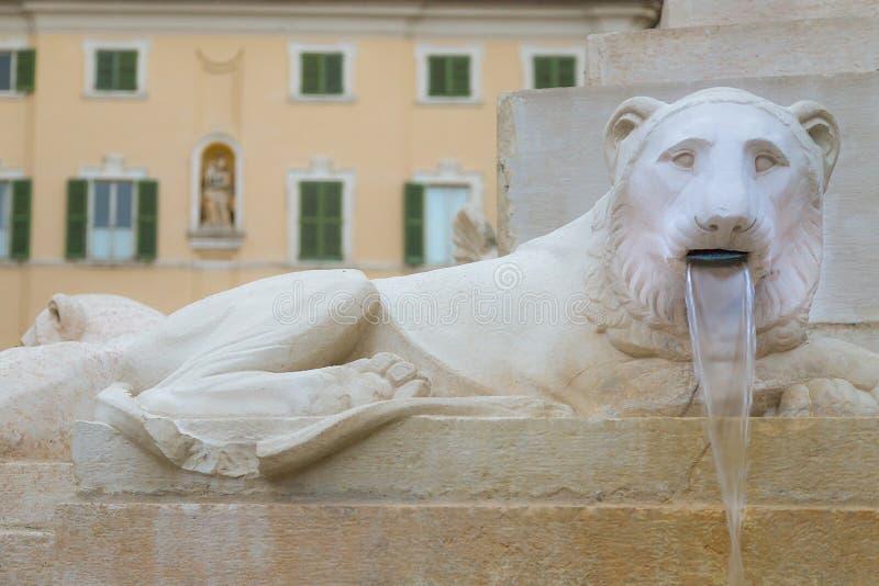 Steenleeuw aan Piazza Federico II - Jesi Italië stock foto