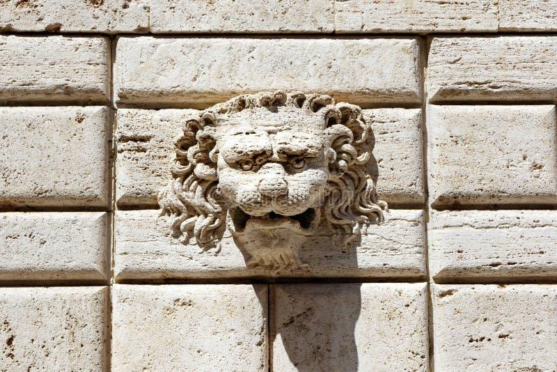 Steenleeuw het snijden detail op een muur van witte bakstenen royalty-vrije stock afbeeldingen