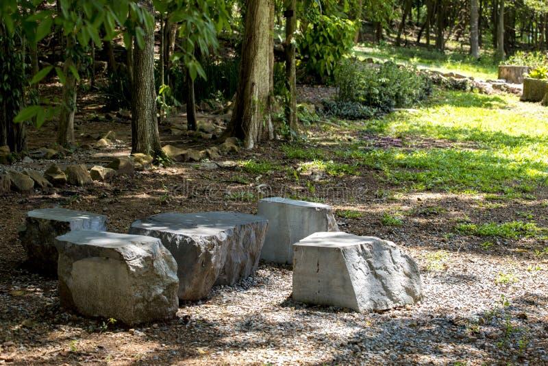 Steenlijst en stoel in de tuin royalty-vrije stock afbeeldingen