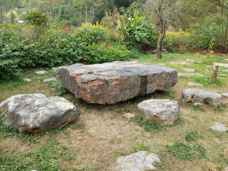 Steenlijsten en banken in het platteland van Yangshuo, China royalty-vrije stock fotografie