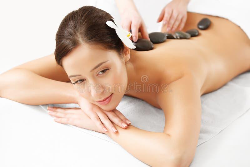 Steenmassage. Beautiful Woman Getting Spa Hete Stenenmassage royalty-vrije stock afbeelding
