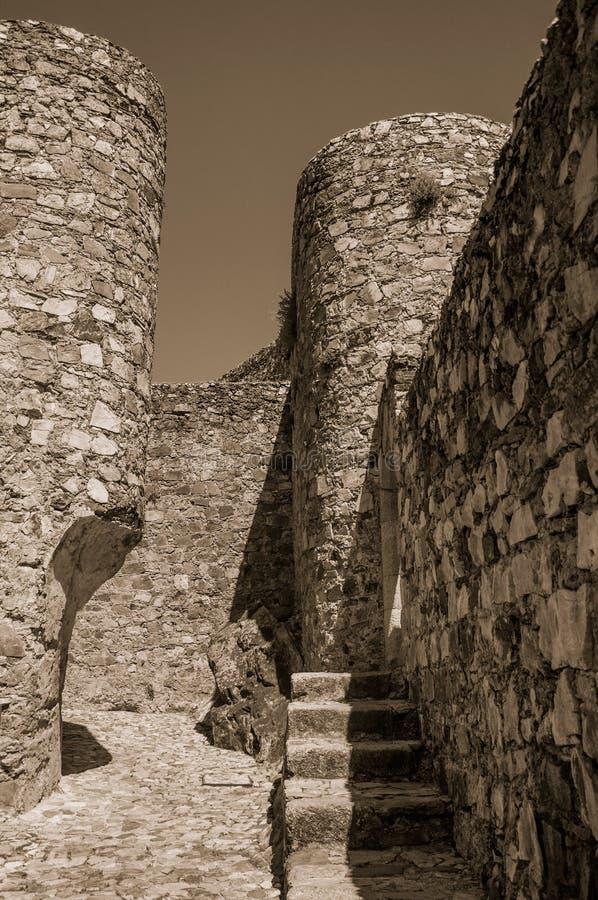 Steenmuren en ronde toren bij het Marvao-Kasteel stock afbeelding