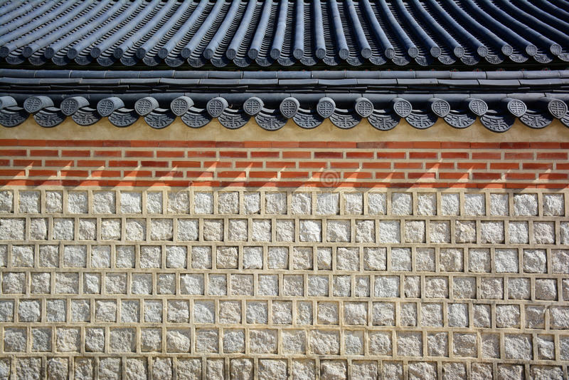 Steenmuur en Koreaanse traditioneel van het tegeldak stock afbeeldingen