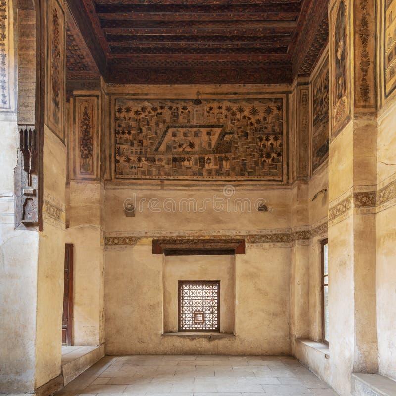 Steenmuur met houten venster Mashrabiya en muurschildering die stad van Medina afschilderen bij Beit El Set Waseela-de bouw, Kaïr royalty-vrije stock afbeelding