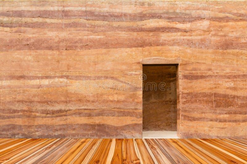 Steenmuur met weg deur en houten vloer vooraan stock fotografie