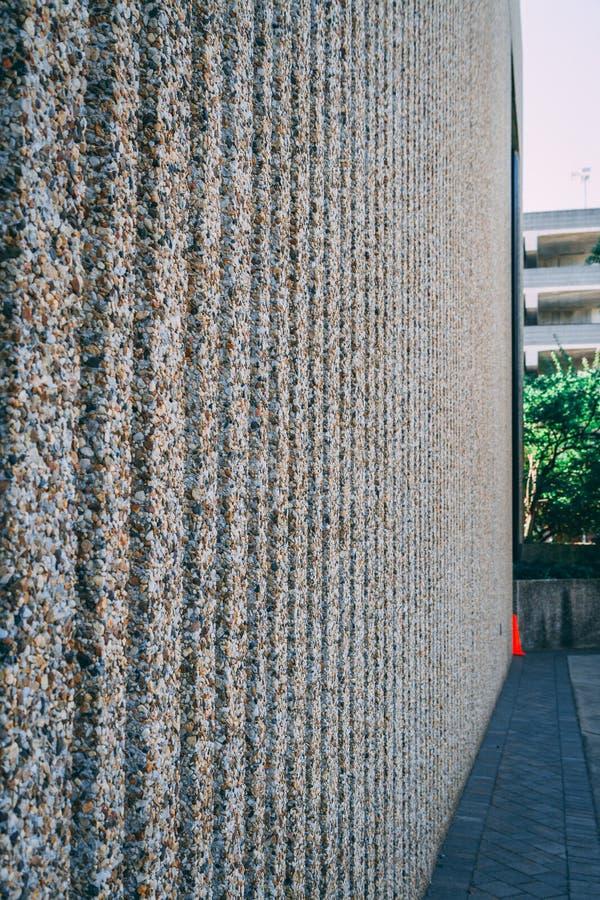 Steenmuur van fijne kiezelstenen wordt gemaakt die stock fotografie