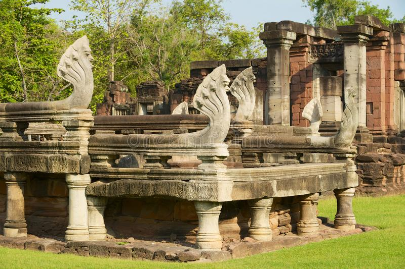 Steennagas die de ruïnes van de Hindoese tempel in het Historische Park van Phimai in Nakhon Ratchasima, Thailand bewaken stock fotografie