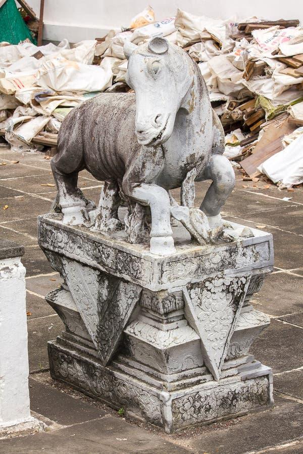 Steenpaard op het platform met Chinese stijl wordt gesneden die stock foto