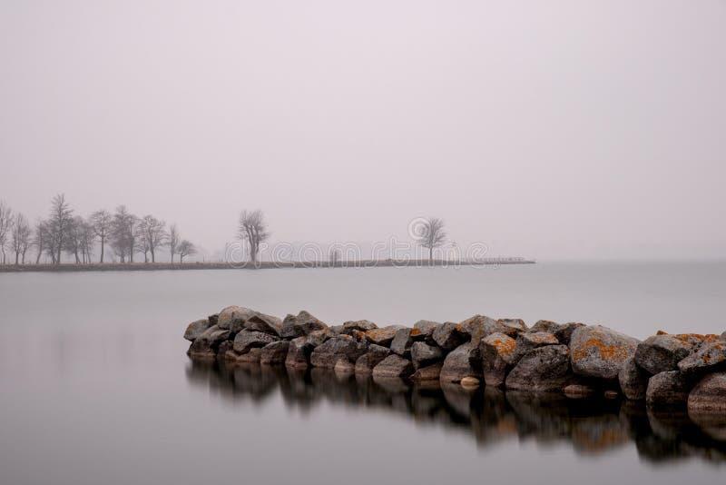 Steenpijler in het meer Vättern royalty-vrije stock fotografie