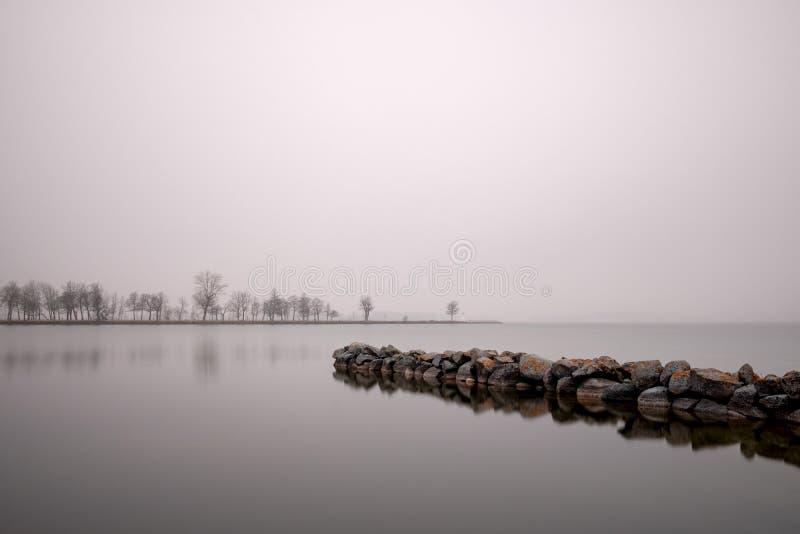 Steenpijlers in het meer Vättern in Zweden stock afbeelding