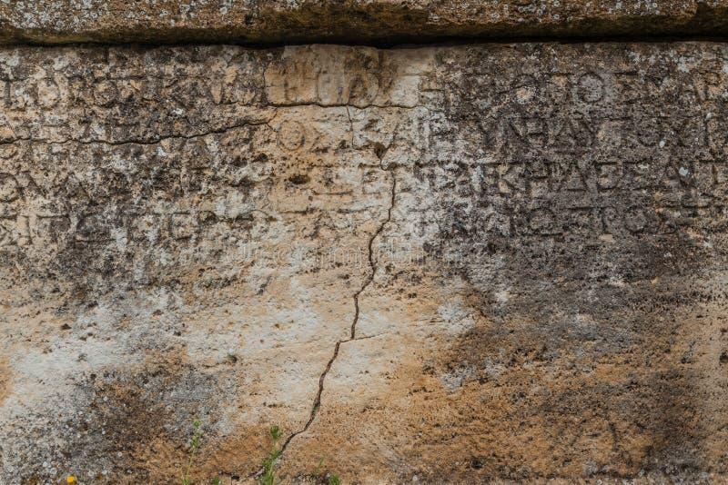 Steenplaat met inschrijvingen in oude stad Hierapolis royalty-vrije stock foto's