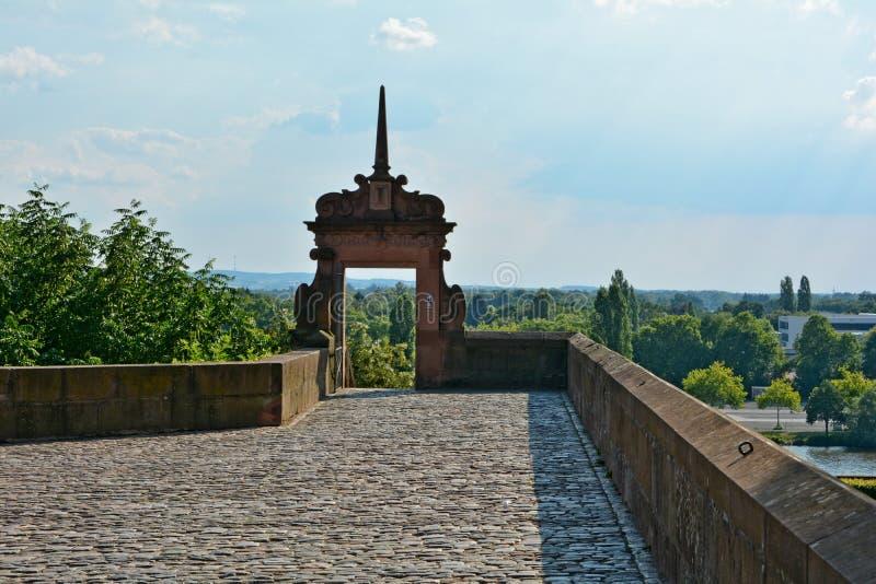 Steenpoort met keien en muur bij het kasteel in Aschaffenburg, Beieren stock foto