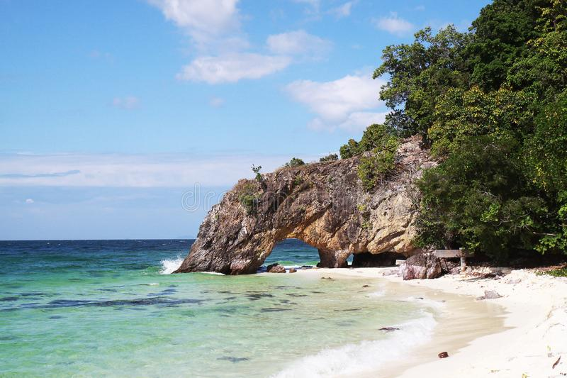Steenpoort op het strand met blauwe hemel royalty-vrije stock foto's