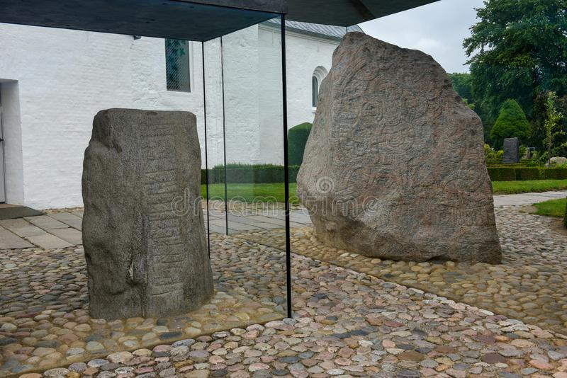 Steenrotstekening van de archeologische plaats van Viking in Jelling, Denemarken stock afbeelding