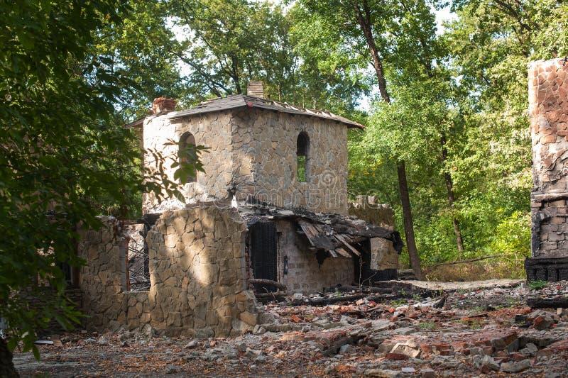Steenruïnes in een bos, verlaten oud kasteel royalty-vrije stock afbeelding