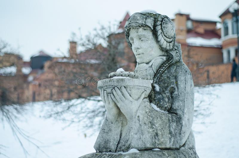 Steenstandbeeld in de winter onder de sneeuw Stadsdetails royalty-vrije stock afbeelding