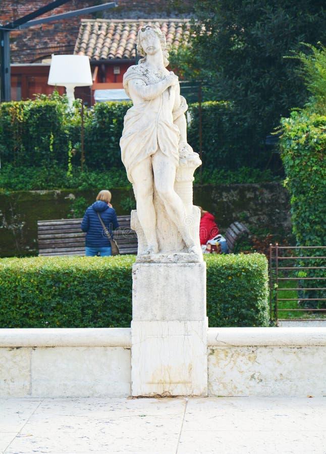 Steenstandbeeld, straat, kasteel in Castelfranco Veneto, in Italië stock afbeelding