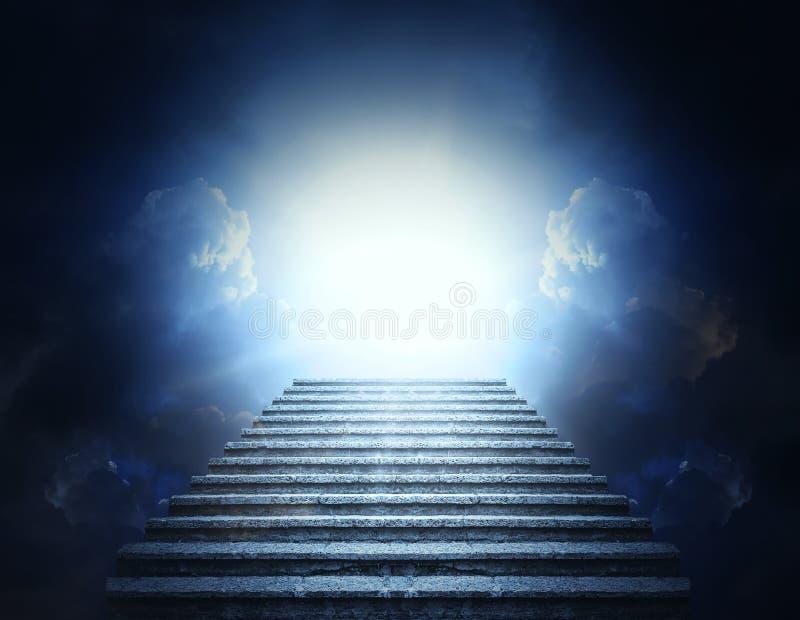 Steenstappen in wolken en licht Trap aan hemel royalty-vrije stock afbeelding