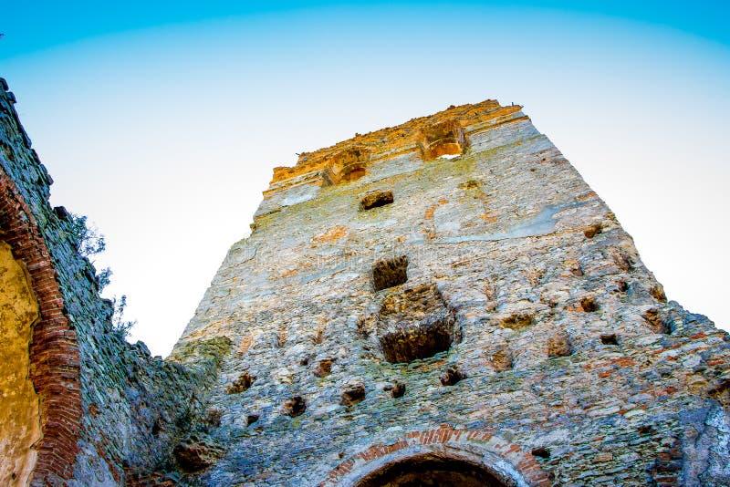 Steentoren van een oude vesting tegen een blauwe hemelachtergrond stock afbeeldingen