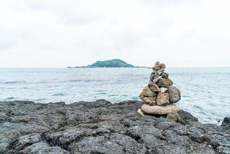 steentorens op basaltachtige rotsen bij Hyeopjae-Strand, Jeju-Eiland royalty-vrije stock foto