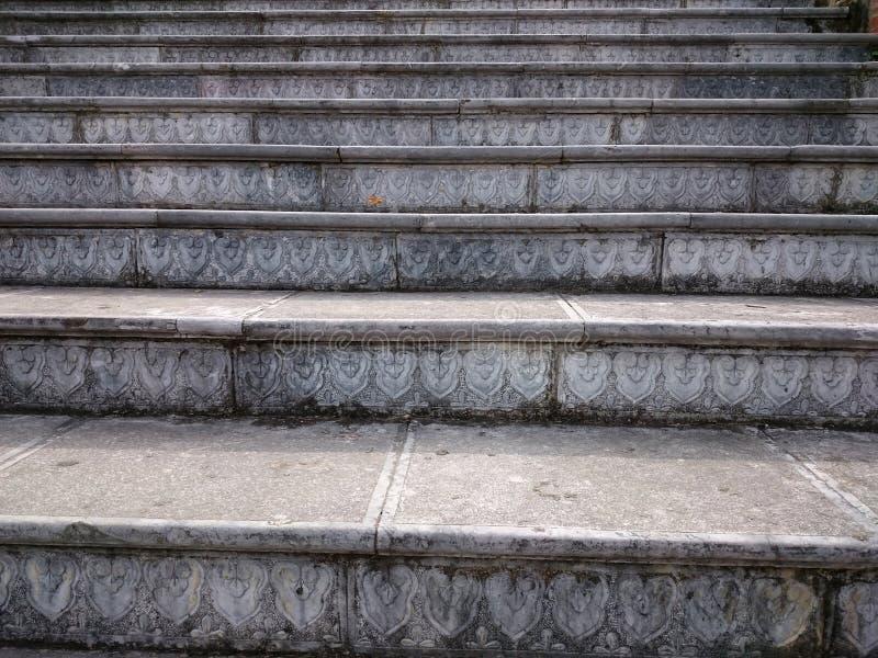 Steentrede met gesneden grijze stappen Stijgende stappen in openlucht binnen royalty-vrije stock afbeelding