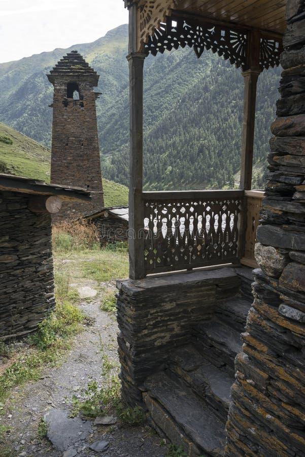 Steenvestingwerk en houten architectuur - en dit alles in Tusheti stock foto