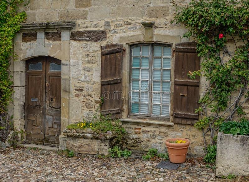 Steenvoorgevel met houten deur en venster royalty-vrije stock afbeeldingen