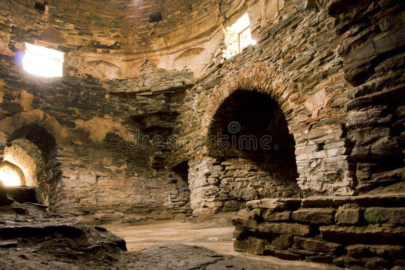 Steenzaal met de vensters en de bogen binnen Centraal Aziatisch oud kasteel Tash Rabat royalty-vrije stock foto